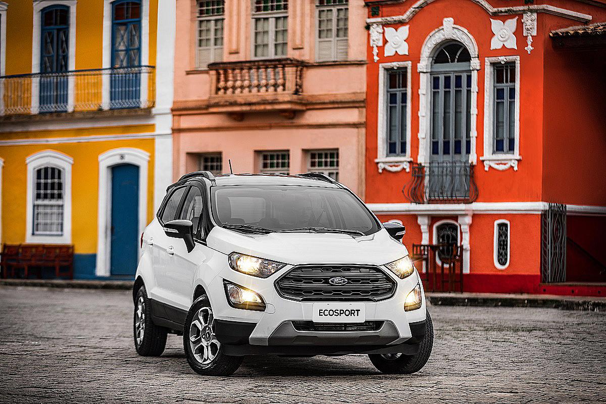Ford EcoSport Freestyle branco com teto preto de frente no Pelourinho, em Salvador