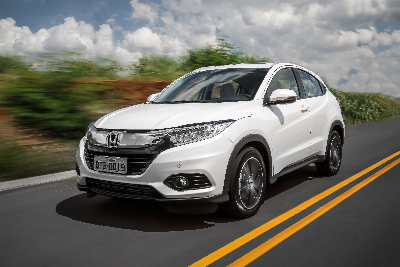 Honda HR-V branco na estrada visto de frente