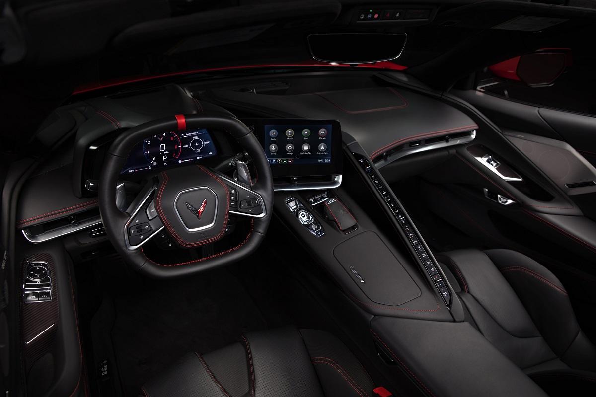 Interior lembra o cockpit de um avião-caça