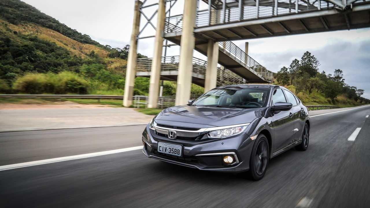 Honda Civic 2020 na cor cinza escuro em movimento na estrada