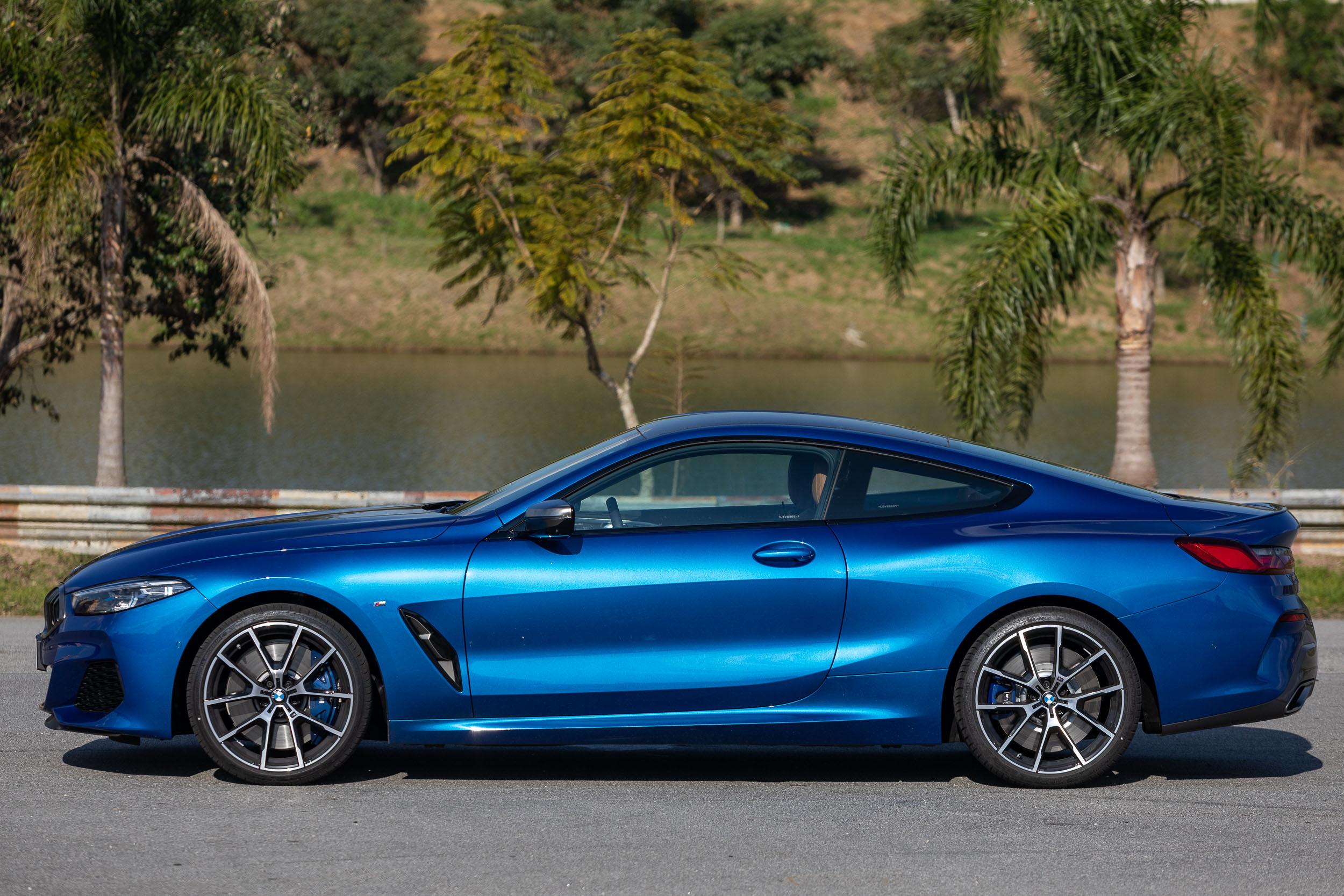 BMW M850i xDrive tem 4,85 metros de comprimento, sendo 2,82 metros de distância entre os eixos