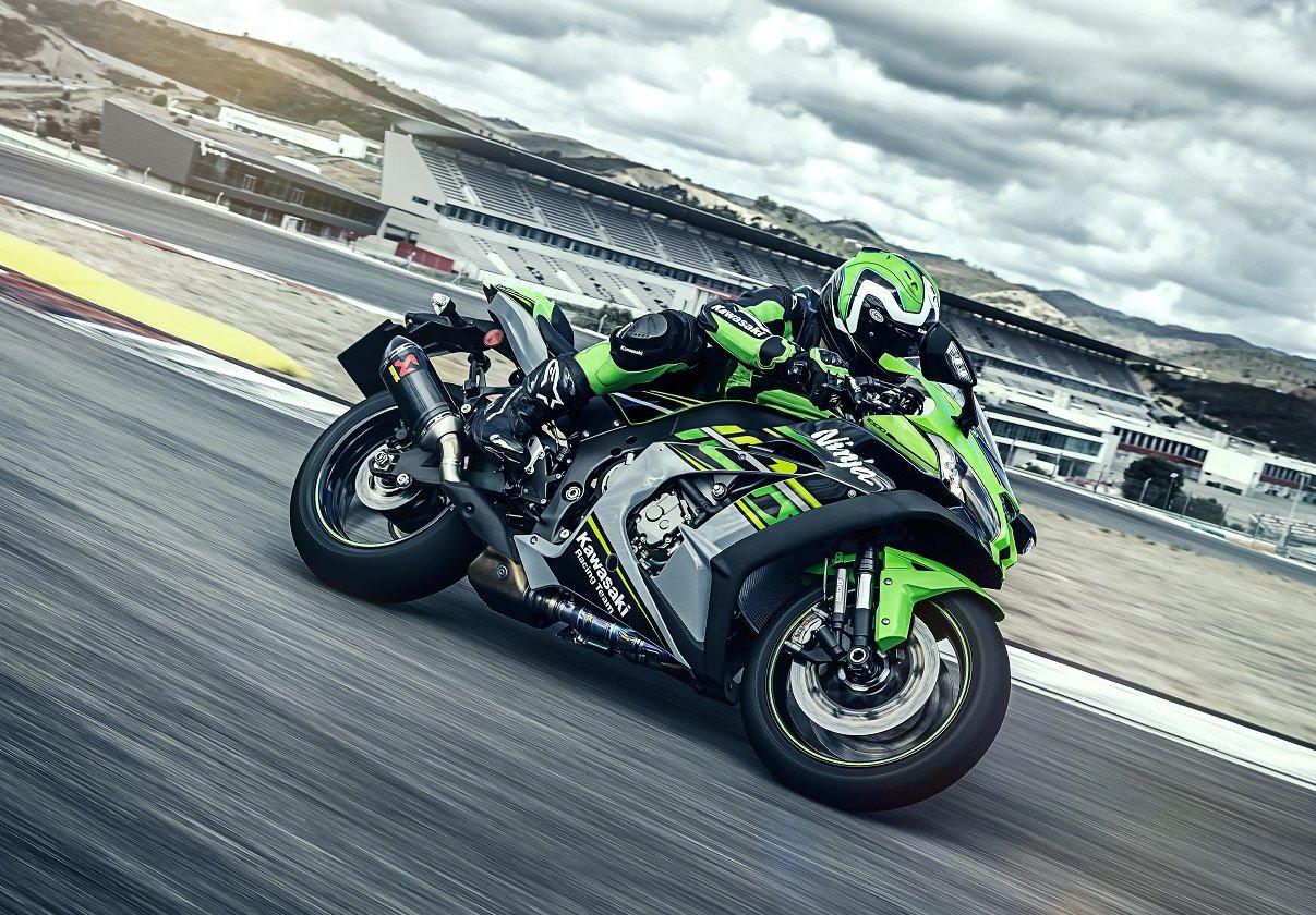 Kawasaki Ninja ZX-10R em sua cor clássica verde em uma pista de corrida durante o dia