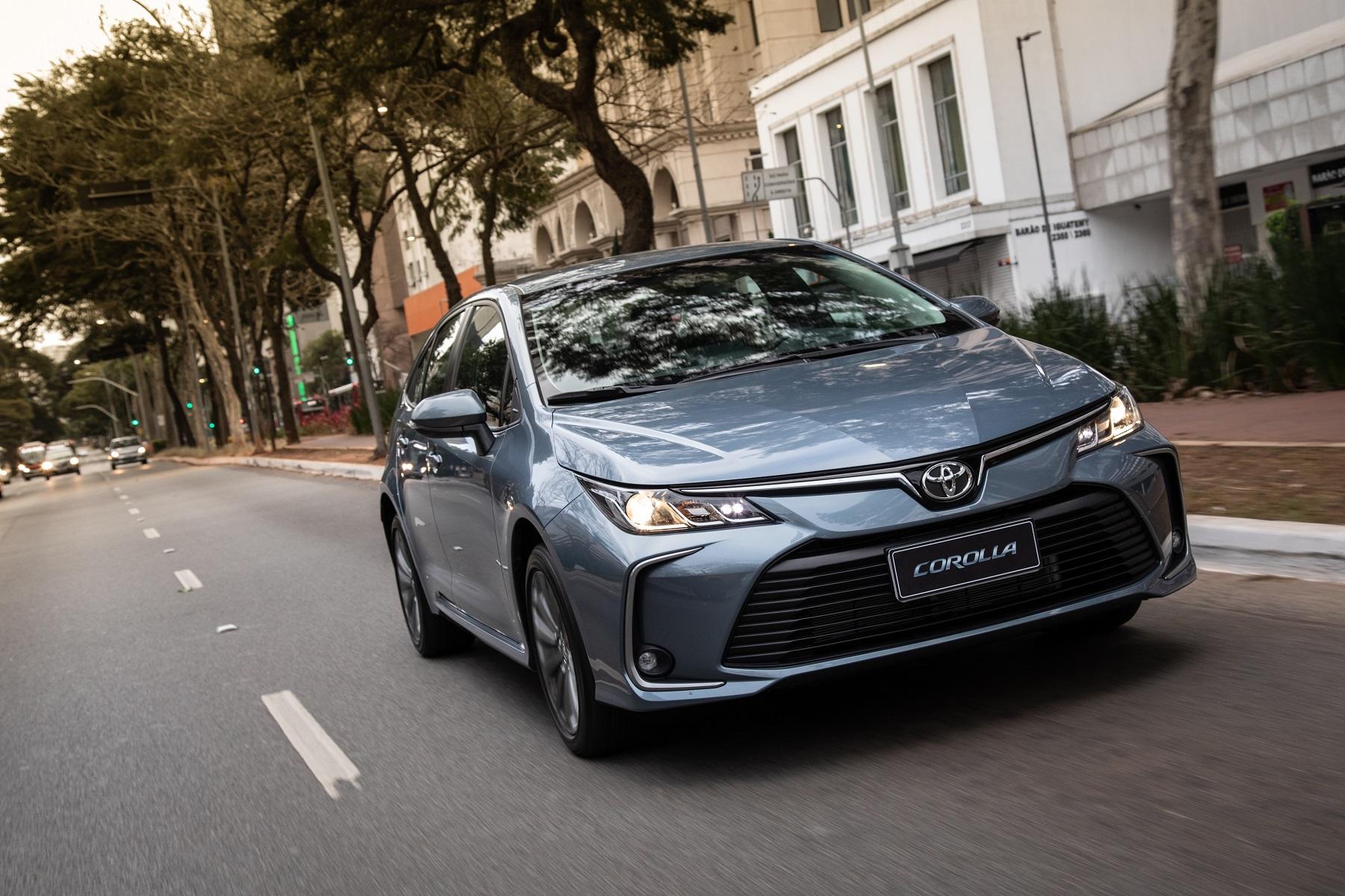 Toyota Corolla 2.0l na versão Dynamic Force em movimento na cor azul na rua