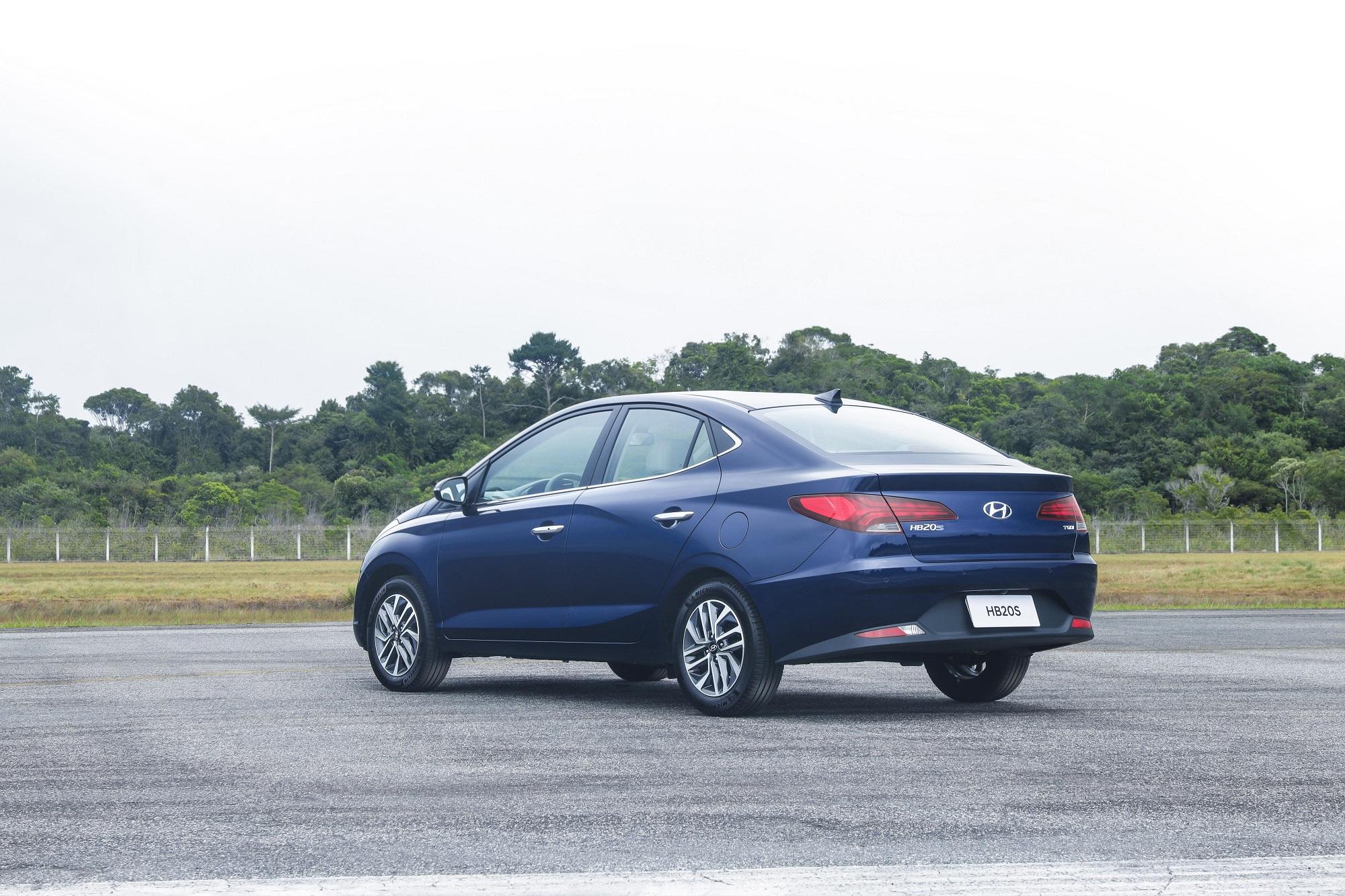 Hyundai HB20S 2020 azul visto de traseira