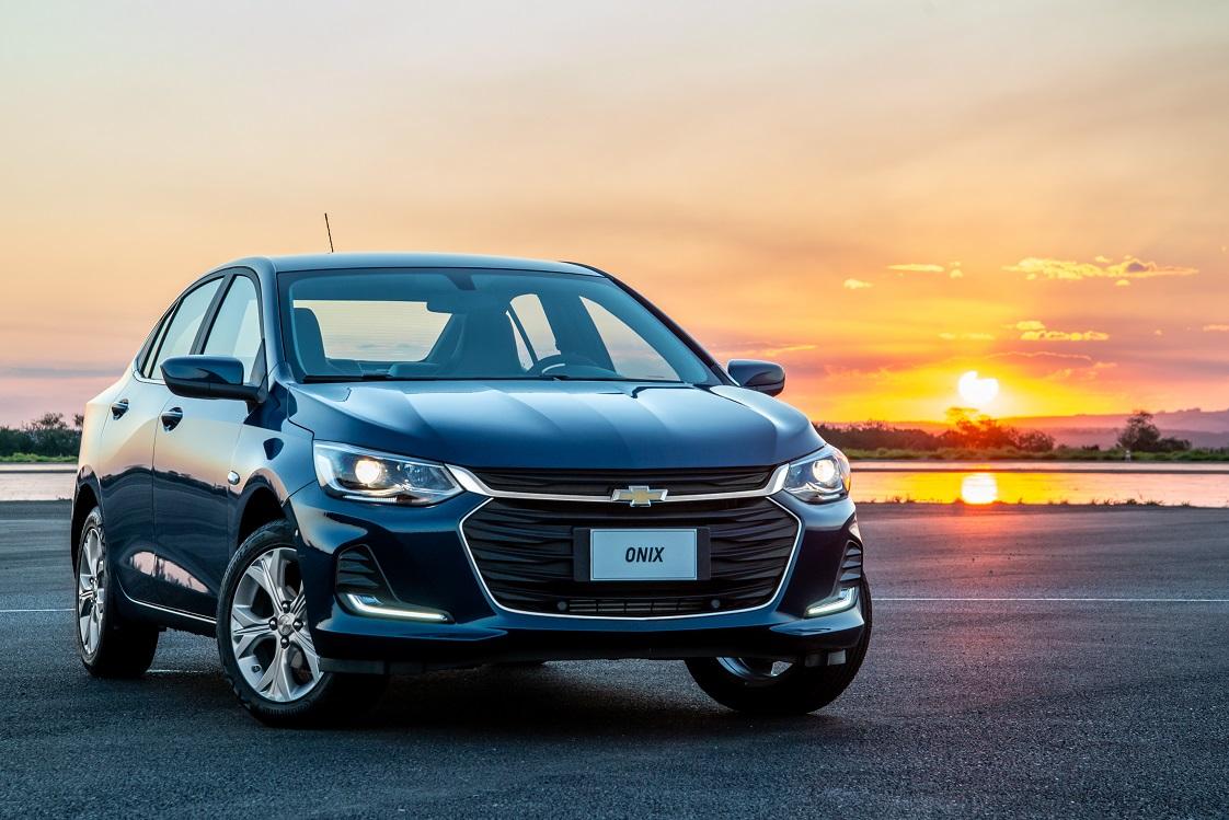Chevrolet Onix PLus Premier azul visto de frente np Campo de Provas da GM