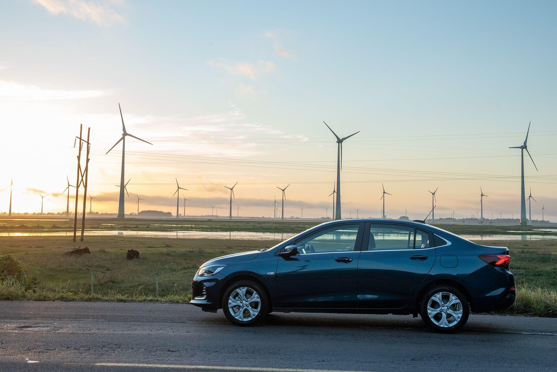 Chevrolet Onix Plus visto de perfil. Sedã tem mais um caso de incêndio