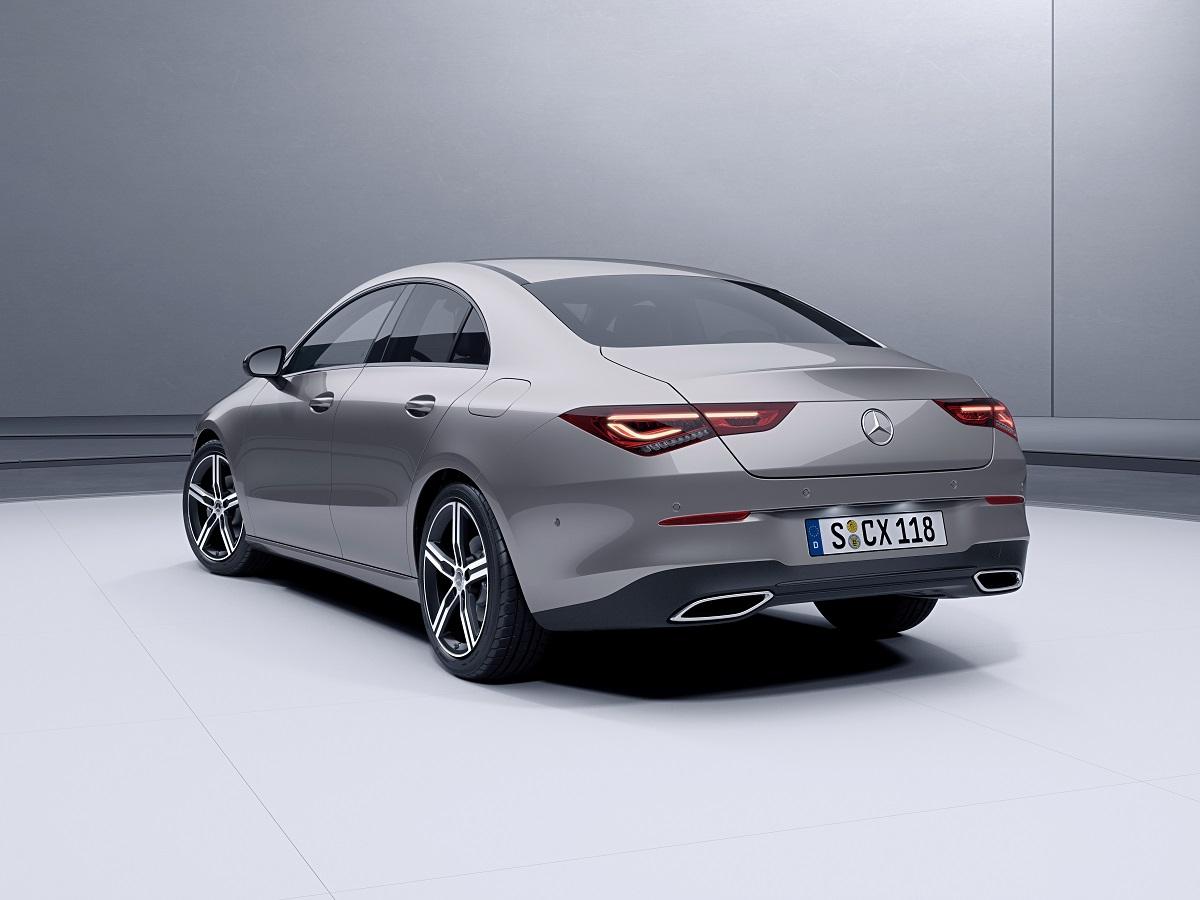 Mercedes-Benz CLA 2020 prata visto de traseira