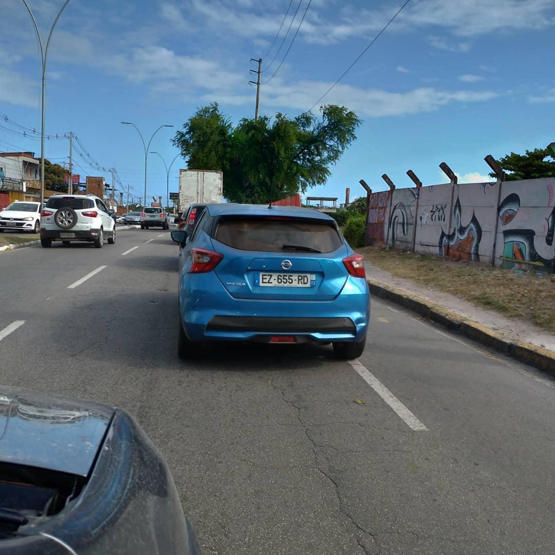 Nissan March de nova geração pintado na cor azul e com placas da Europa