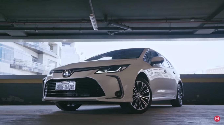 Toyota Corolla Altis Hybrid de frente na garagem