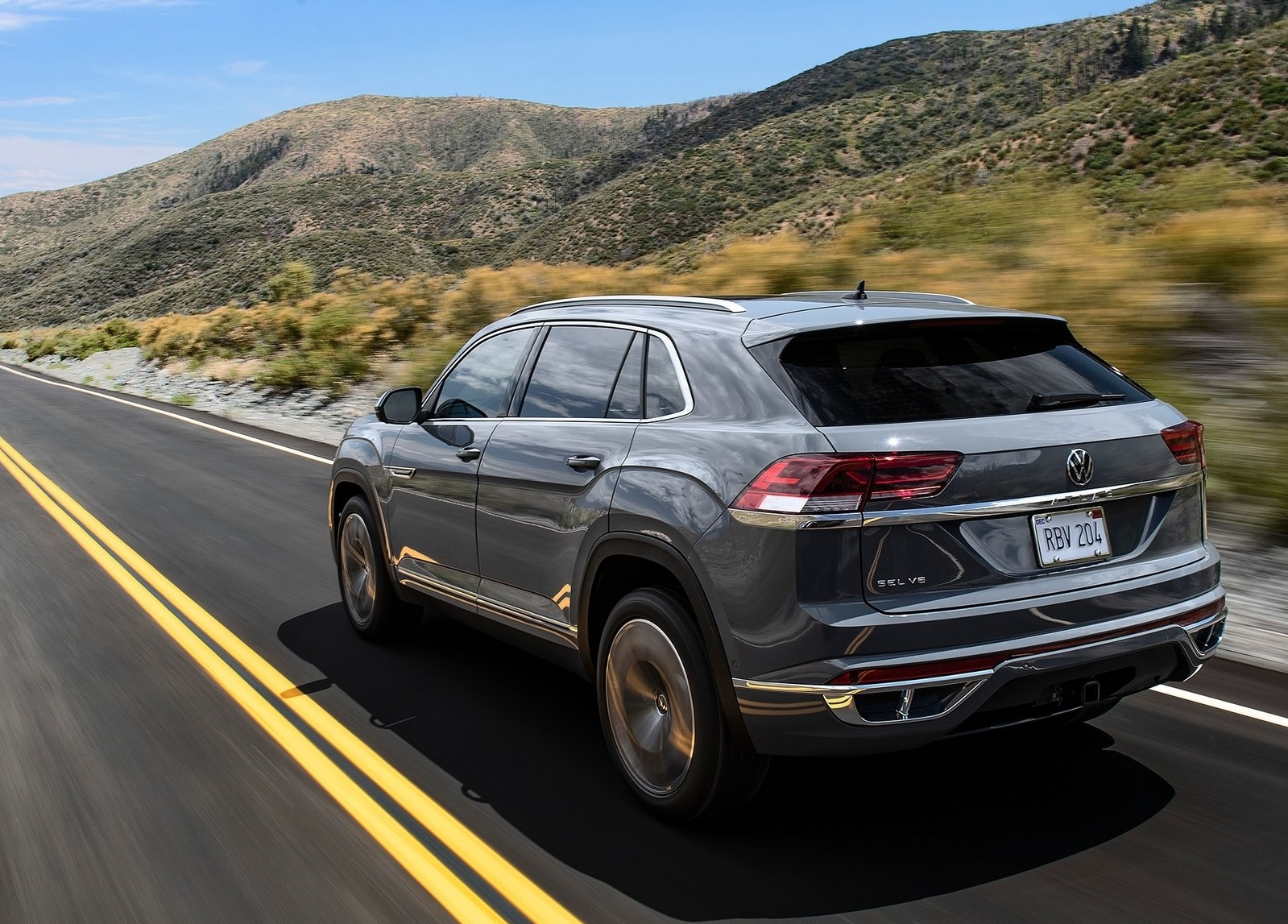 Volkswagen Atlas Cross Sport 2020 cinza visto de traseira