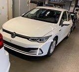 Imagem mostra Volkswagen Golf de oitava geração branco estacionado