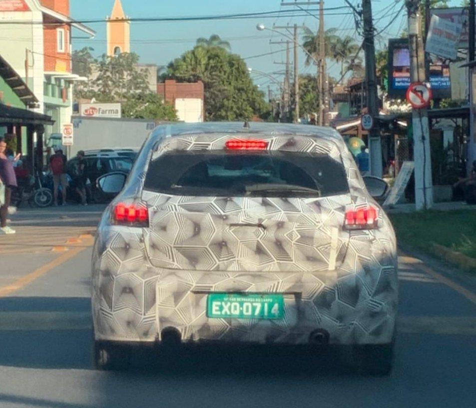 Novo 208 camuflado fotogrado de traseira em uma rua