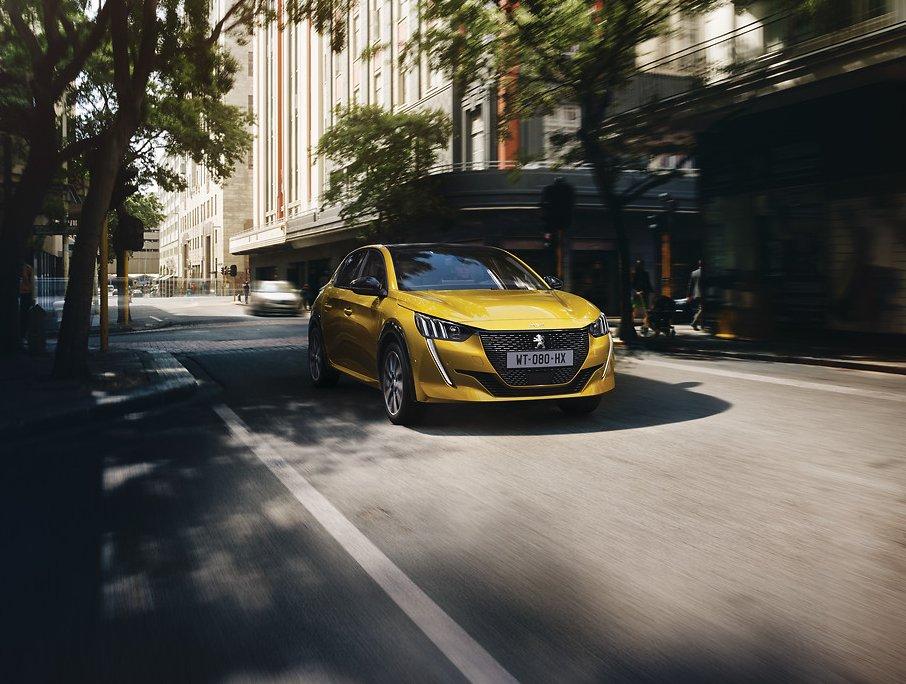 Peugeot 208 2020 de nova geração na cor amarela tem faróis com três seções de luzes na diagonal