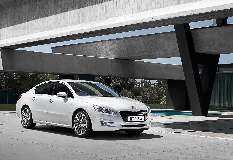 Peugeot 508 branco de frente mostra a beleza do modelo francês