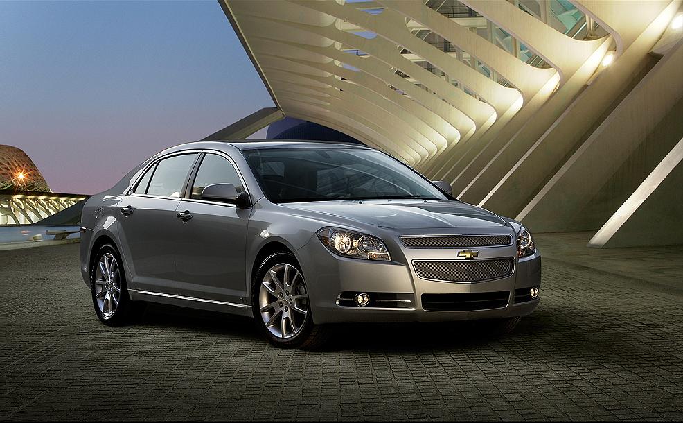 Chevrolet Malibu prata não empolga com seu desenho que mais parece um Onix antigo espichado