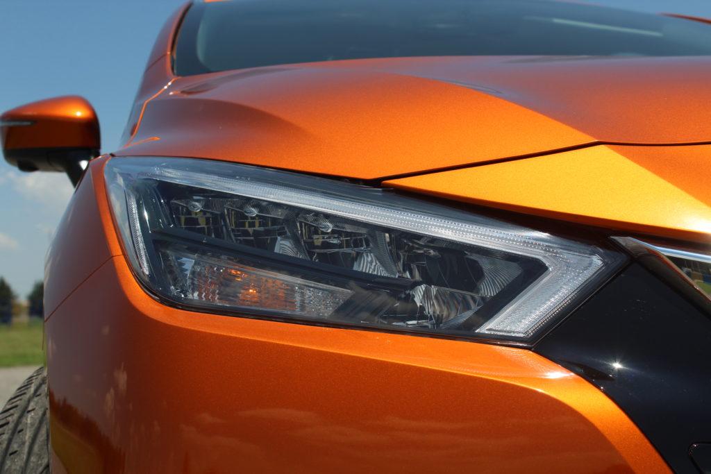 As lentes dos faróis se destacam levemente da carroceria e trazem fileiras contínuas de luzes de LEDs