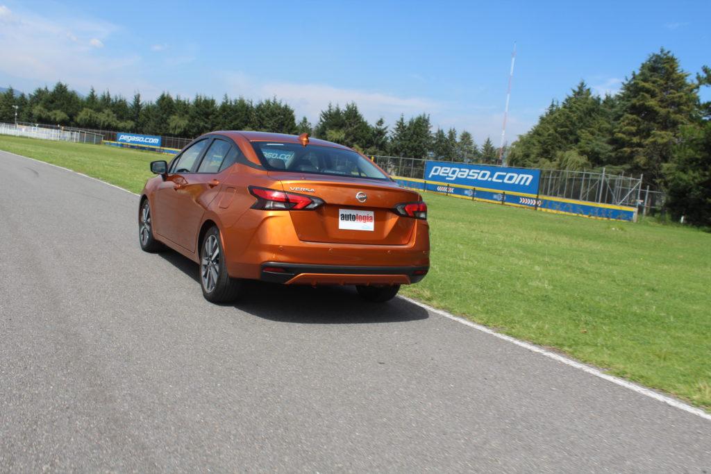 Novo Nissan Versa mexicano na cor laranja em movimento em circuito fechado