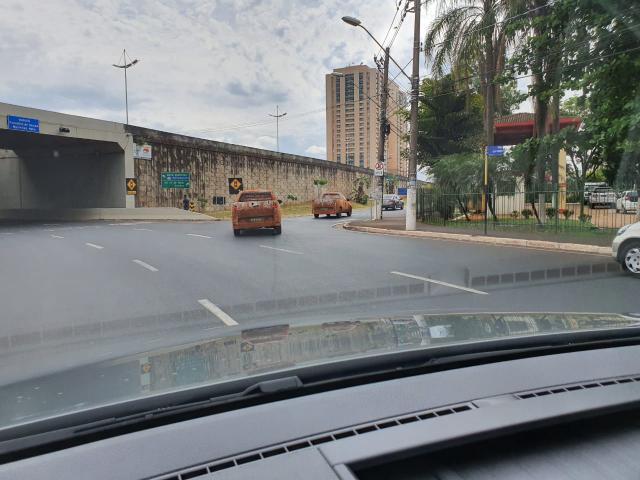 Duas Fiat Strada camufladas e elameadas fazem a curva em uma via de Ribeirão Preto