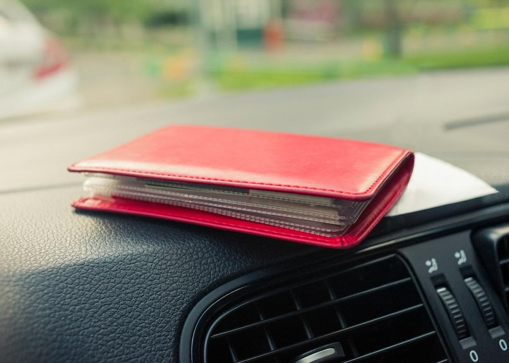 Documento do carro em carteira vermelha
