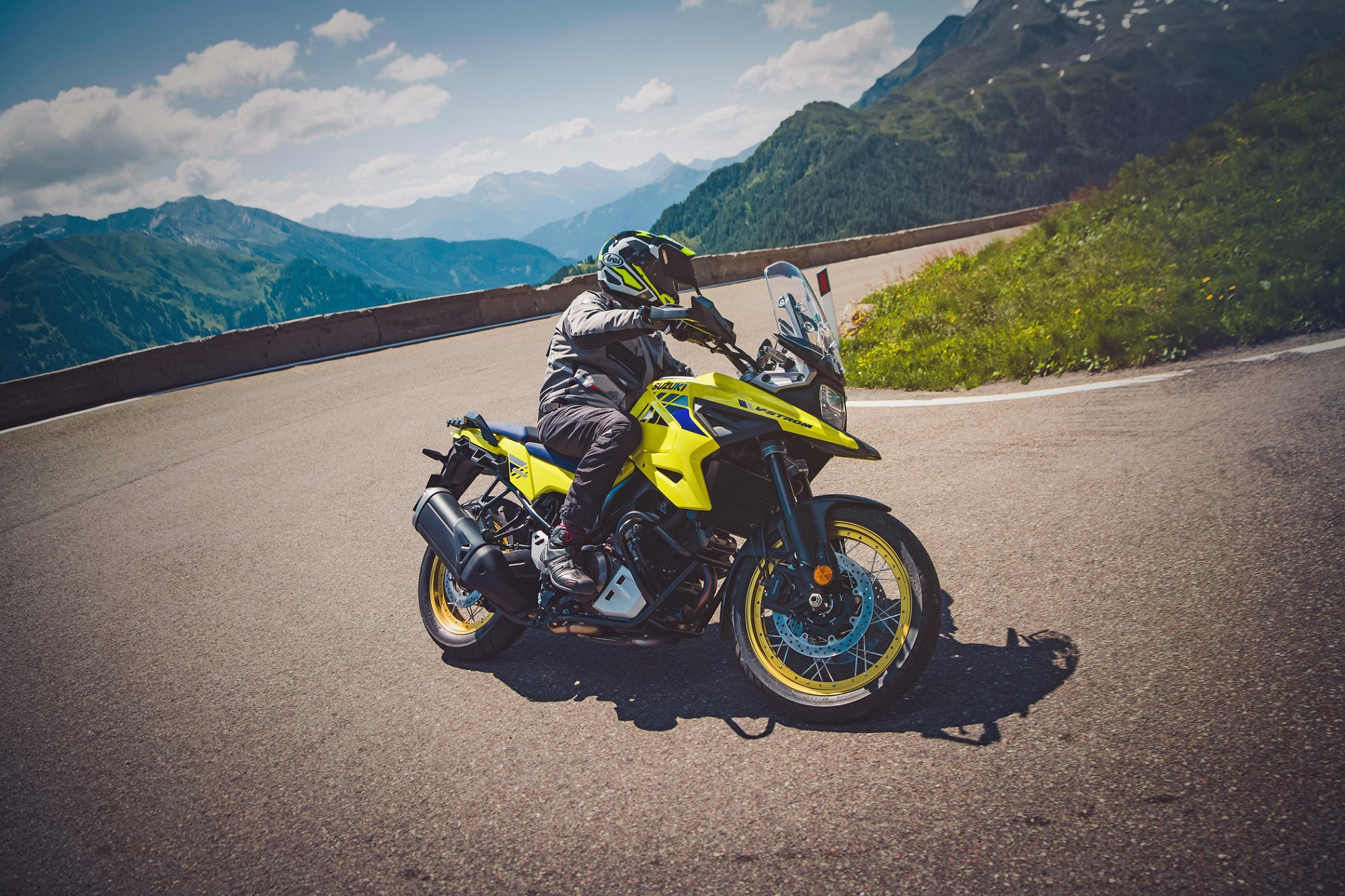Nova motocicleta Suzuki V Strom 1050 em movimento na curva de uma serra