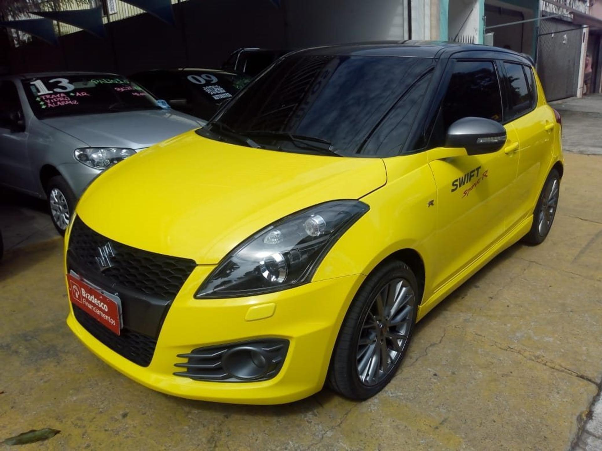Suzuki Swift 1.6 Sport R na cor amarelo do anúncio tem faróis e rodas escurecidos