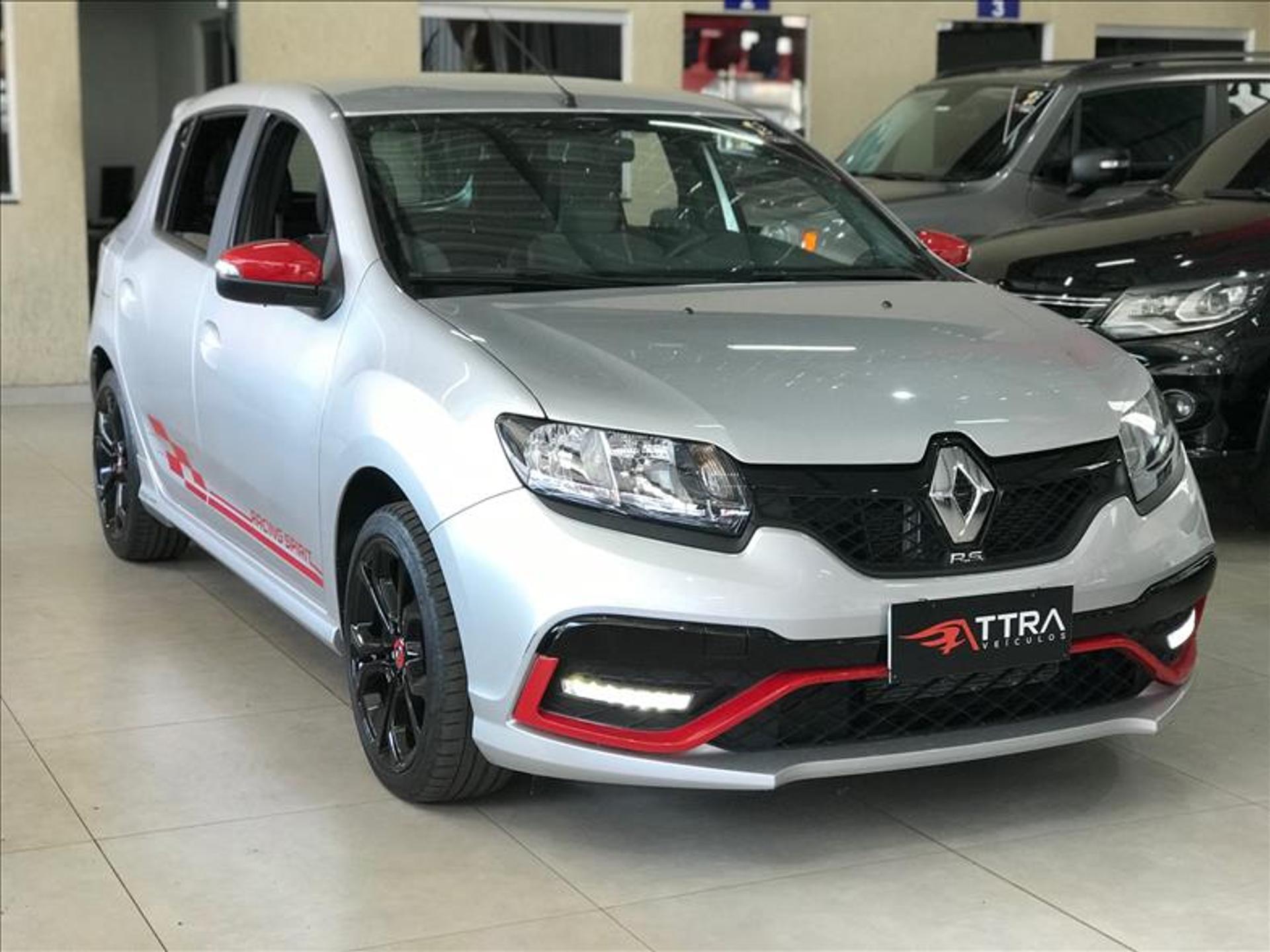 Renault Sandero 2.0 16v prata com detalhes vermelhos em anúncio da Webmotors