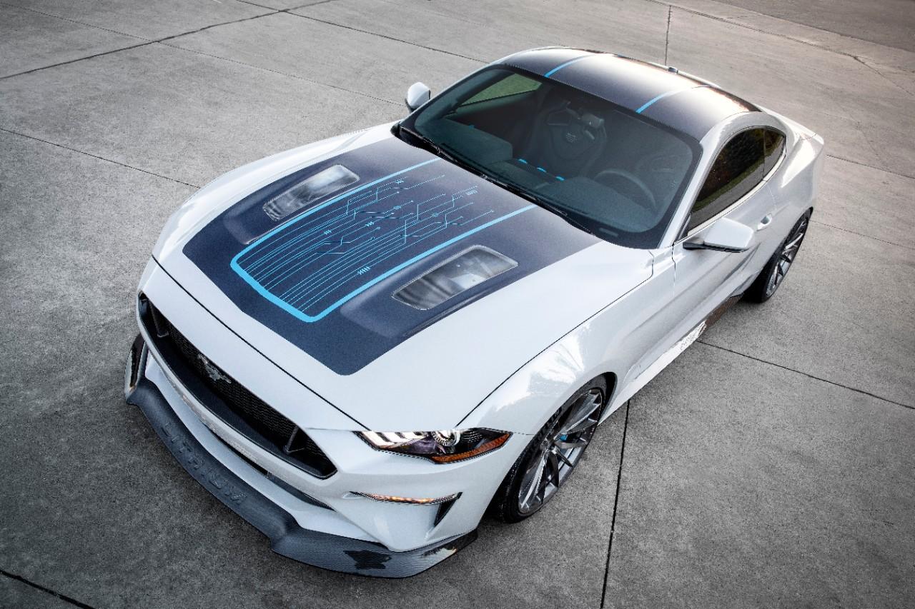 Ford Mustang Lithium tem capô parcialmente transparente e o porte de muscle car