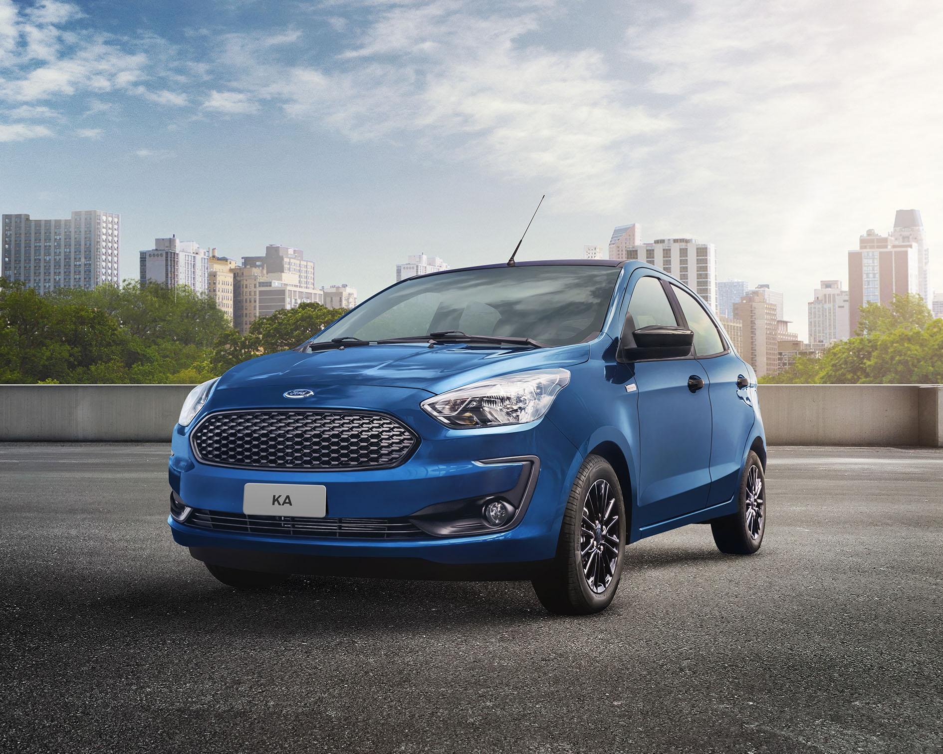 O Ford Ka na Edição Especial tem cor azul com detalhes pretos