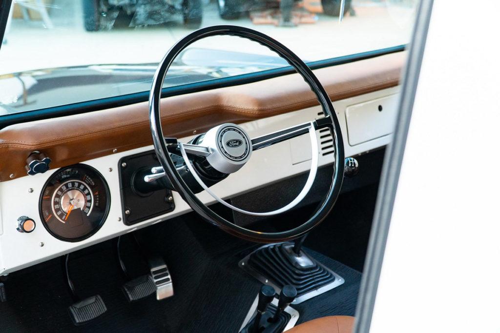 Interior do Ford Bronco azul de Jay Leno
