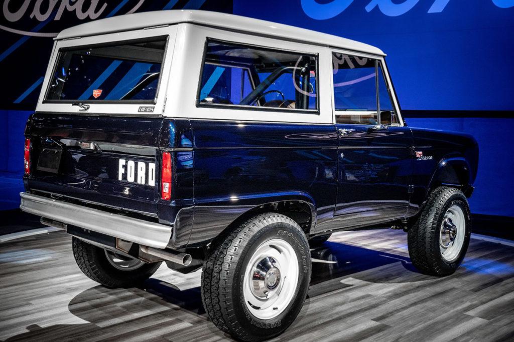 Ford Bronco 1968 azul de Jay Leno visto de traseira