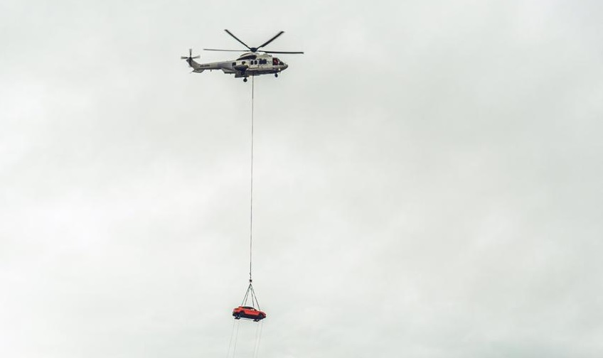 Helicóptero transporta Porsche Cayenne Coupé pelos céus do Rio de Janeiro