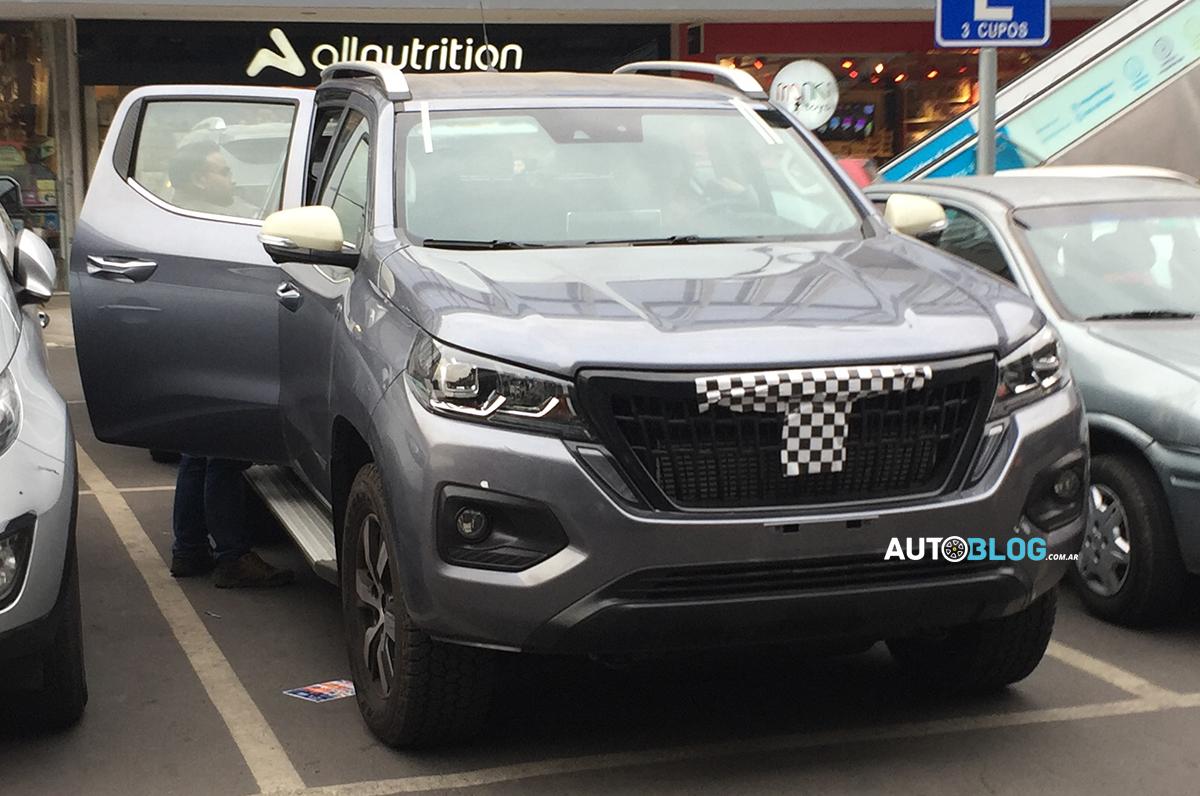 Picape média da Peugeot quase sem disfarce em um estacionamento