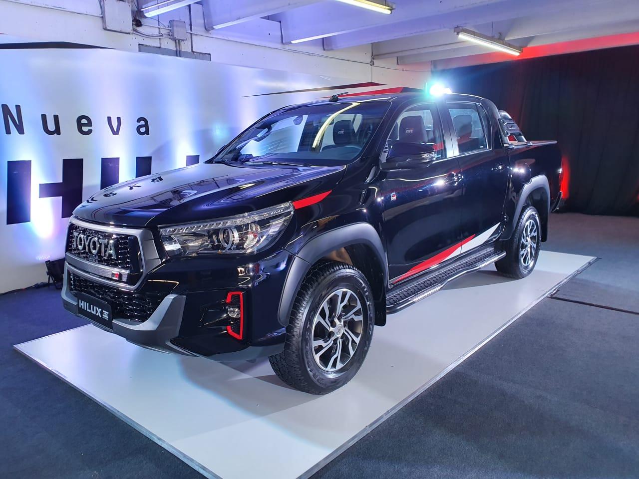 Toyota Hilux V6 n preparada pela Gazoo Racing para as ruas com cor preta e detalhes vermelhos