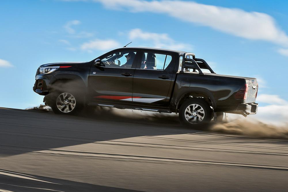Toyota Hilux GR Sport em movimento na areia mostra destreza na duna