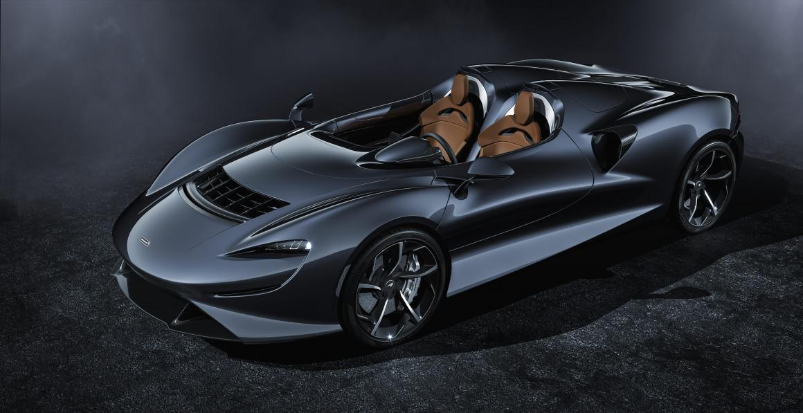 McLaren Elva preto é um conversível de dois lugares sem para-brisa