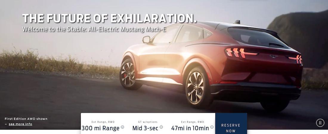 Mustang Mach E é mais bonito de traseira, que tem lanternas praticamente iguais às do Mustang
