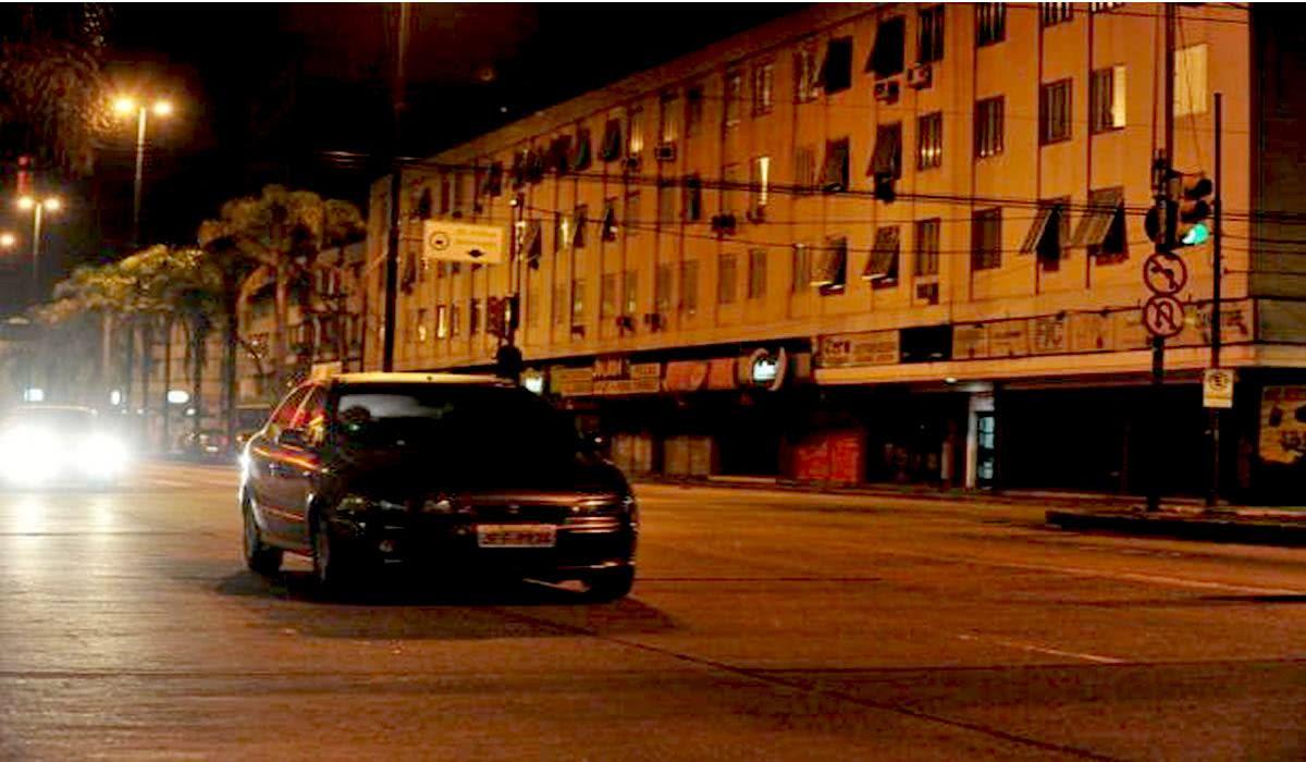 Fiat Marea de noite com farol apagado