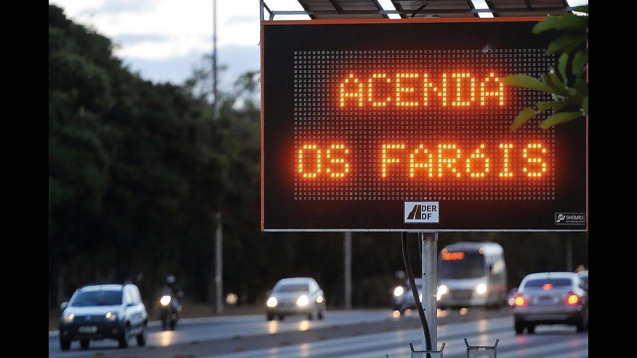 Placa na rodovia: acenda os faróis