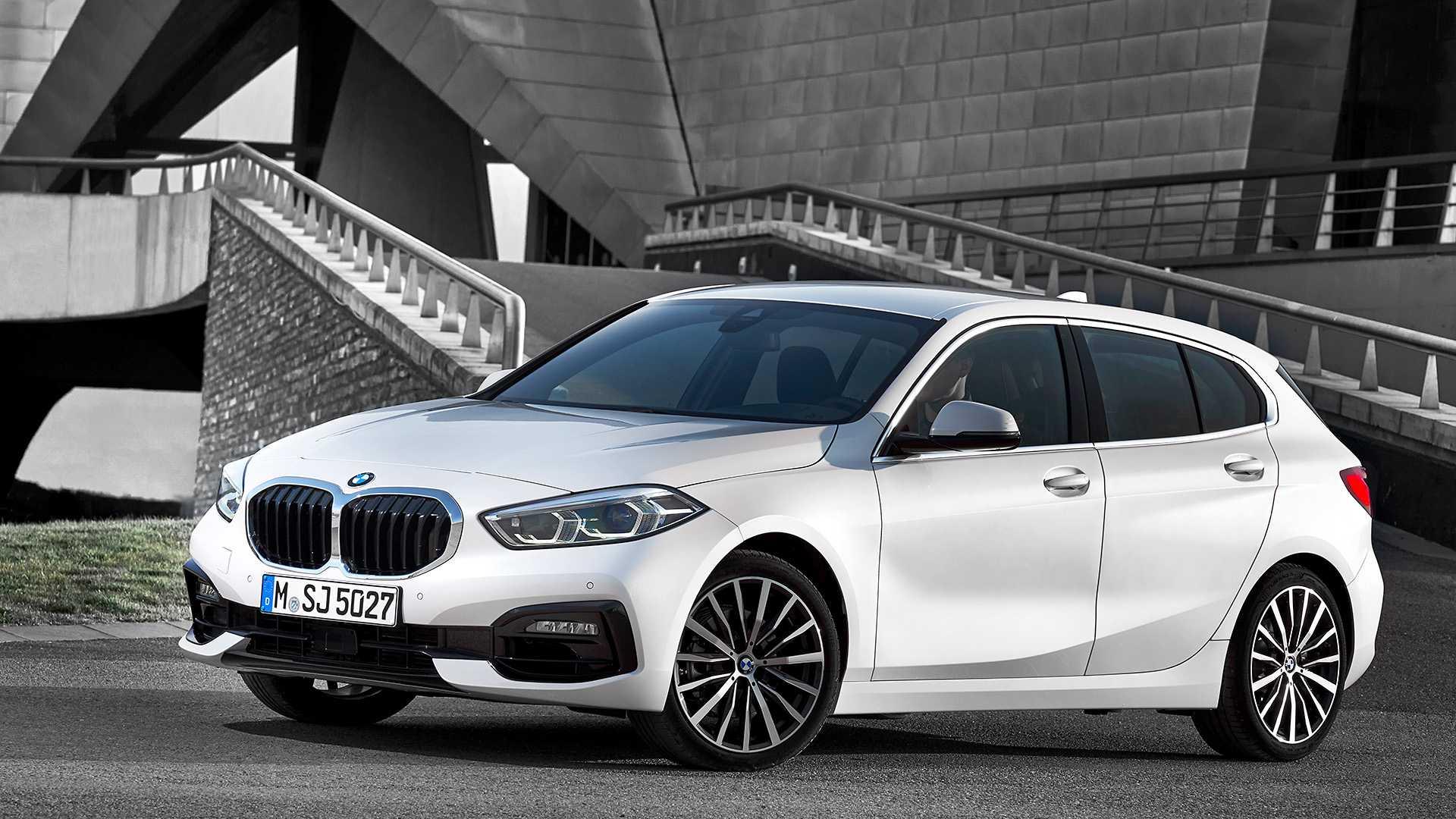 BMW Série 1 na cor branca com rodas de 17 polegadas