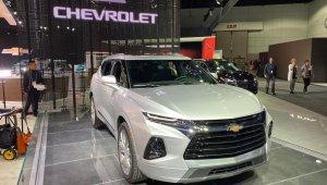 Chevrolet Blazer 2020 na cor prata e no estande da GM no Salão de Los Angeles