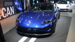 Porsche Taycan 4s azul de frente no estande da marca no Salão de Los Angeles