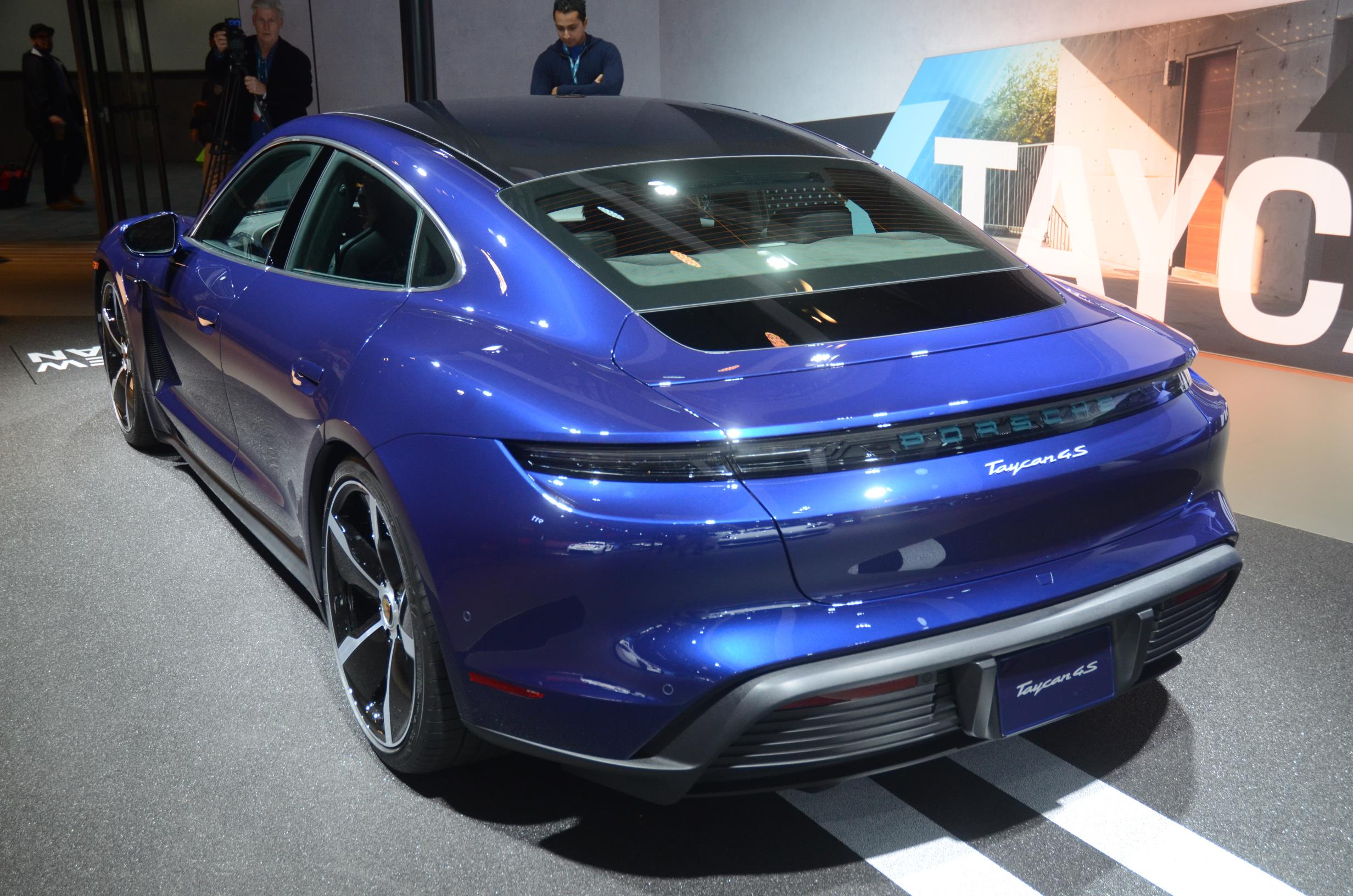 Porsche Taycan 4s azul de traseira no motorshow californiano