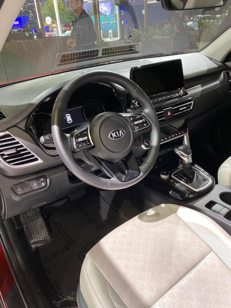 Imagem mostra o volante e parte do painel do Kia Seltos exposto em Los Angeles, com central multimídia destacada do painel