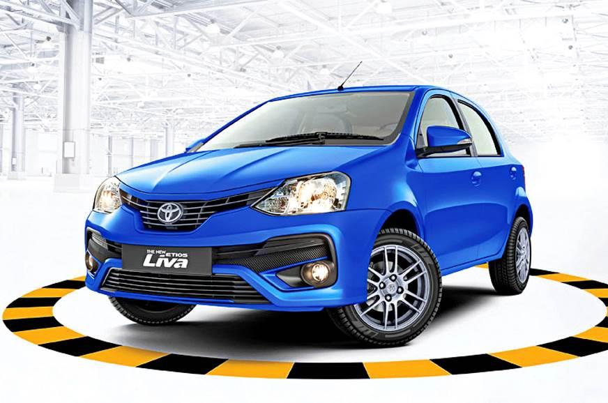 Toyota Etios indiano na cor azul de frente é bem parecido com o modelo brasileiro, com grade em forma de sorriso e faróis de contornos irrefulares