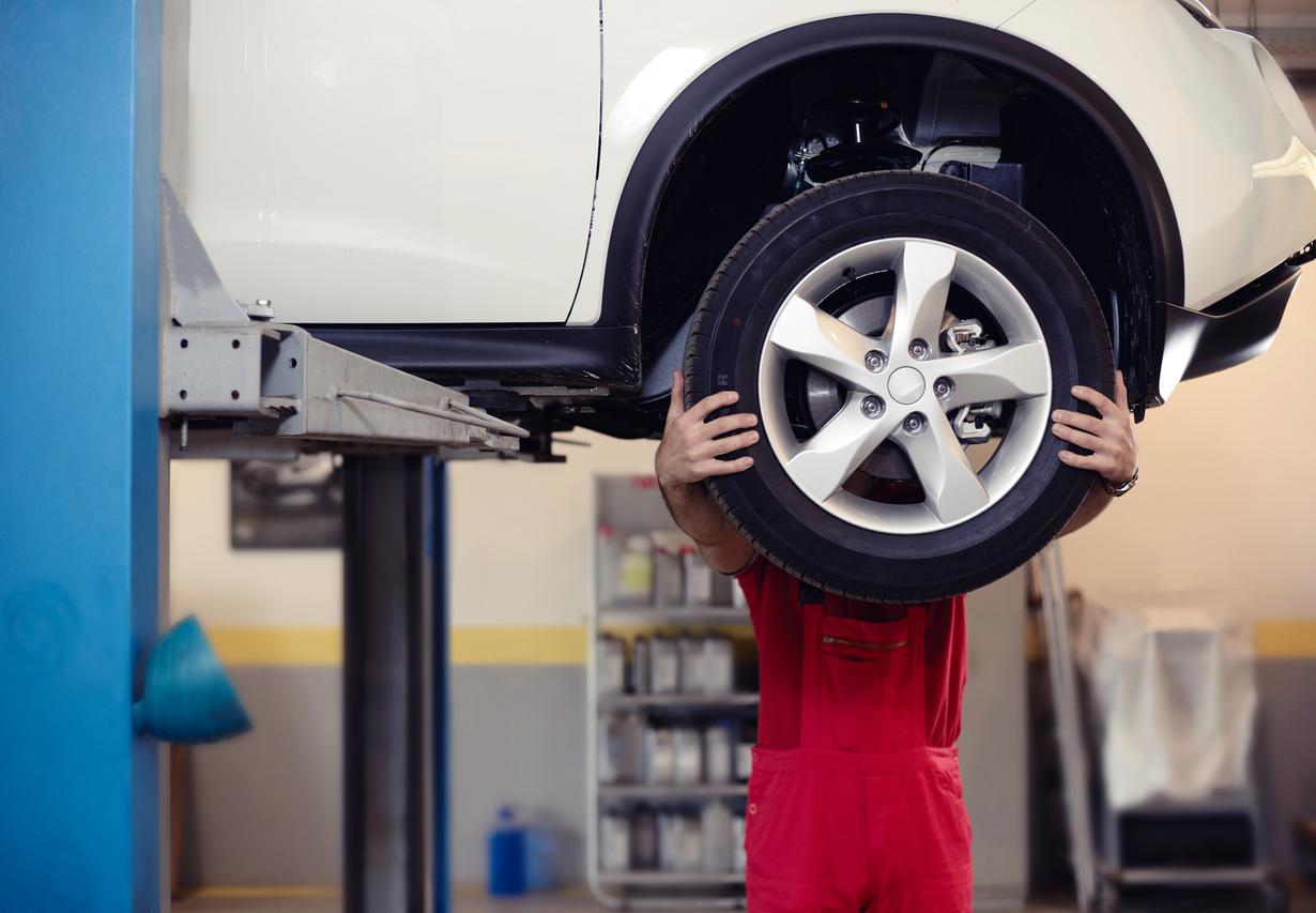 Home ajusta pneu de caro suspenso em elevador