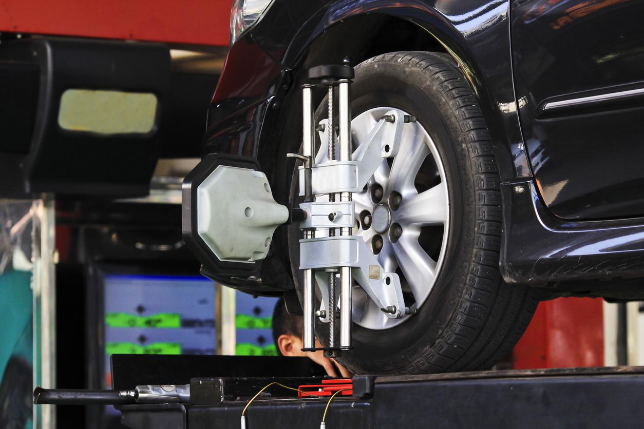 Equipamento faz o alinhamento do conjunto de roda e pneu de um veículo