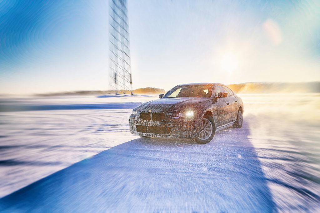 """Bmw i4 camuflado faz drift numa pista de neve e aparece """"deslizando"""" de lado"""