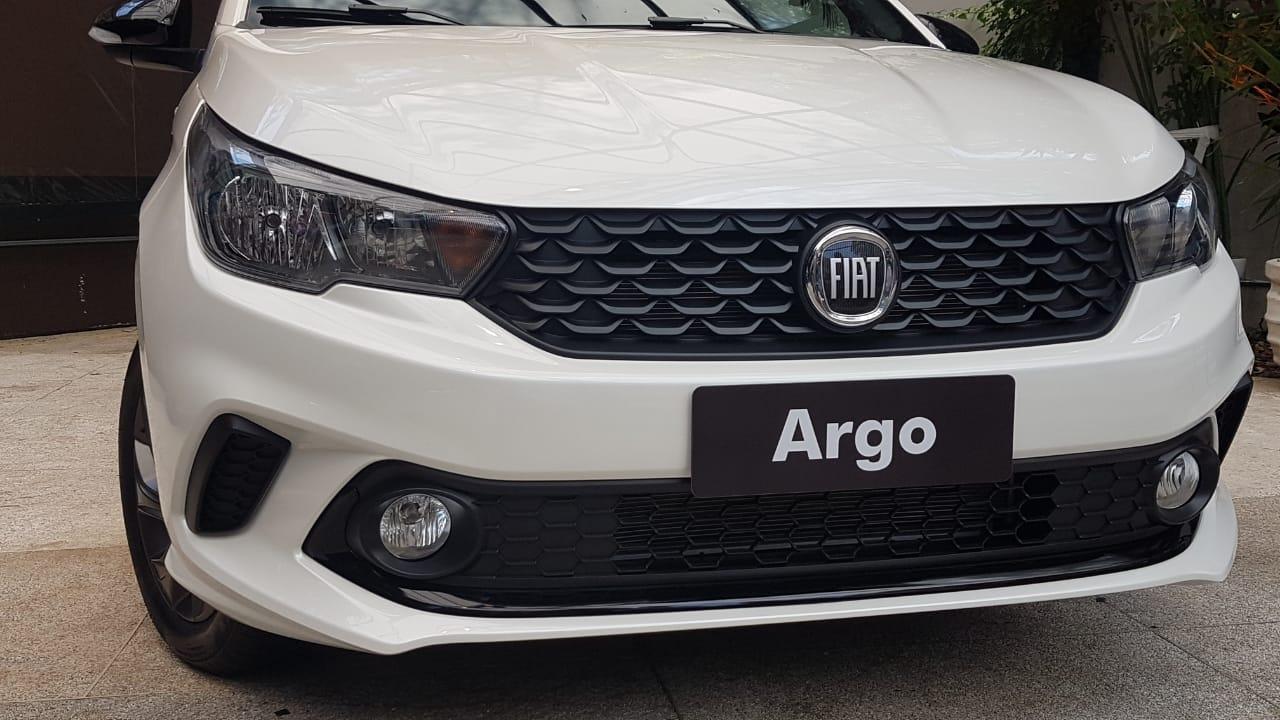 Detalhe dos faróis e da grade do Argo branco com a logomarca da Fiat escurecida