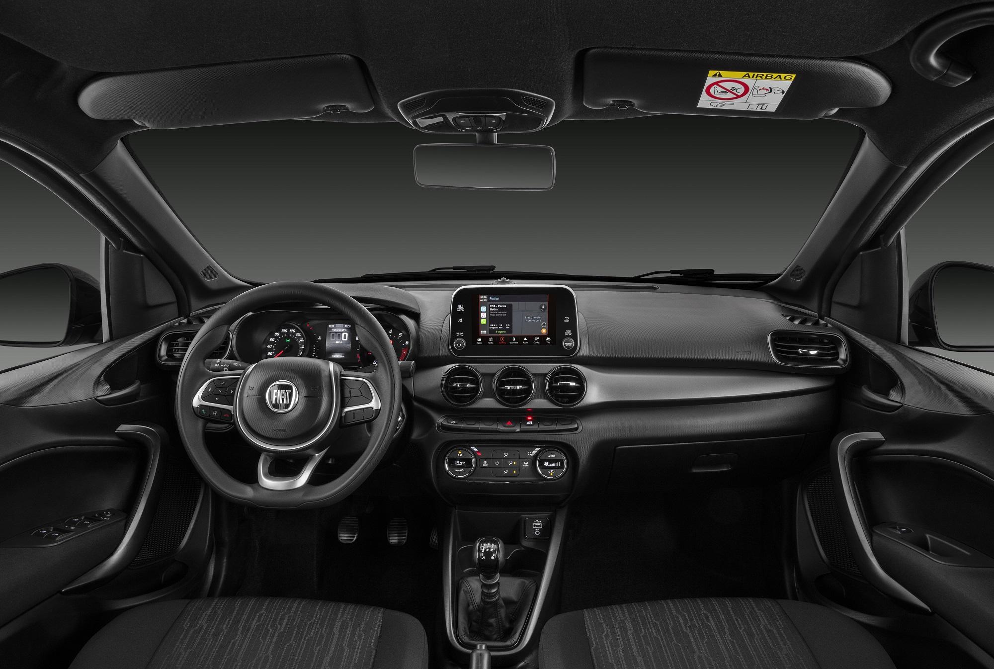 Cabine do Fiat Argo S Design tem padrão escurecido, moldura do console central preta e logo ao centro do volante preto