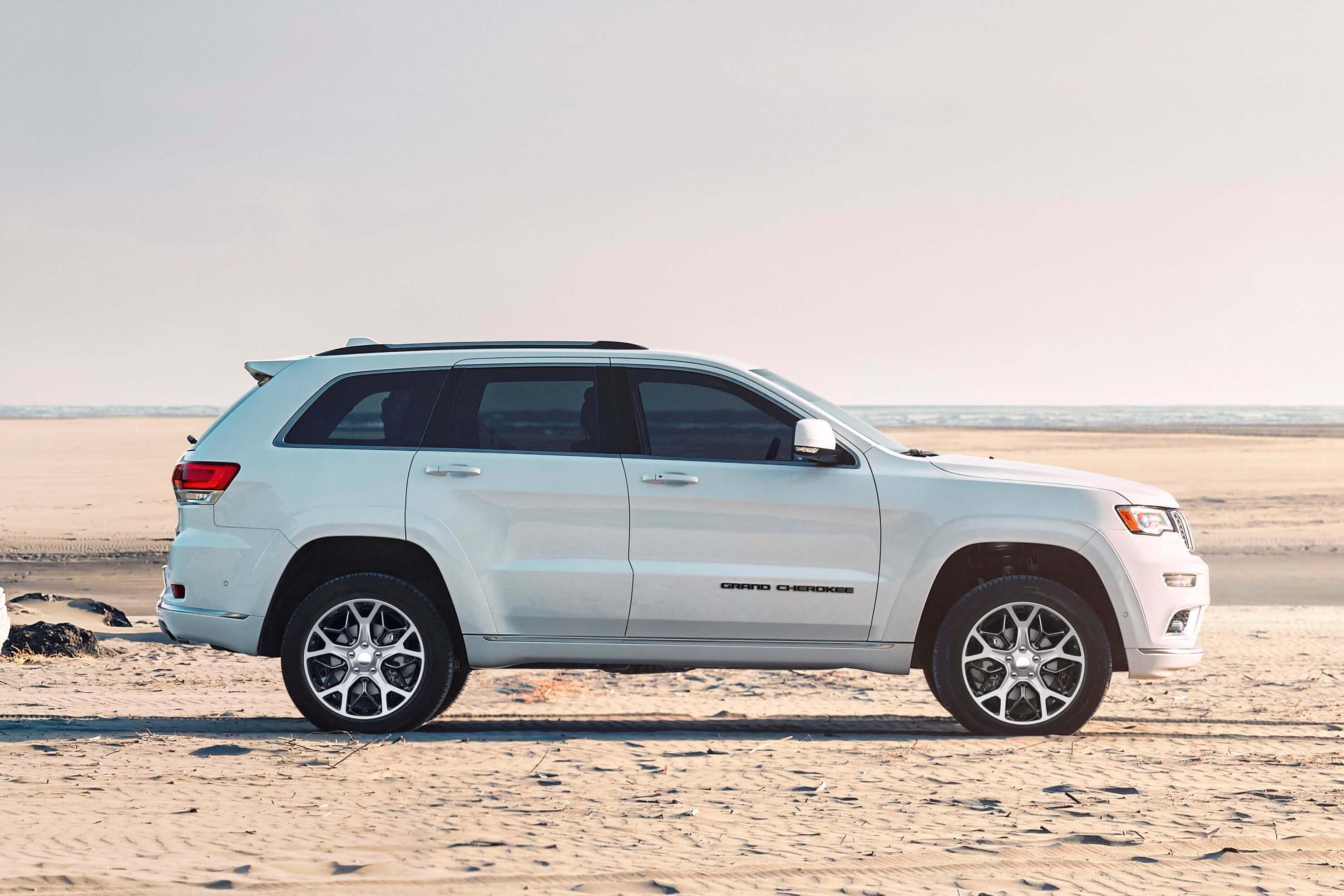 Jeep Grand Cherokee 2020 de perfil com novas rodas aro 20 polegadas com raios que simulam tripés